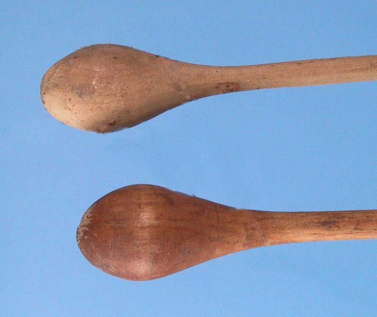 Spikket (kanskje den ene er dreid på en eller annen måte ?), den ene er fin og jevn, den andre er grovere spikket og av et annet treslag (lysere). Form: Jevntykke, spiss i ene enden, en oval kule i den andre. En av pinnene er brukket.