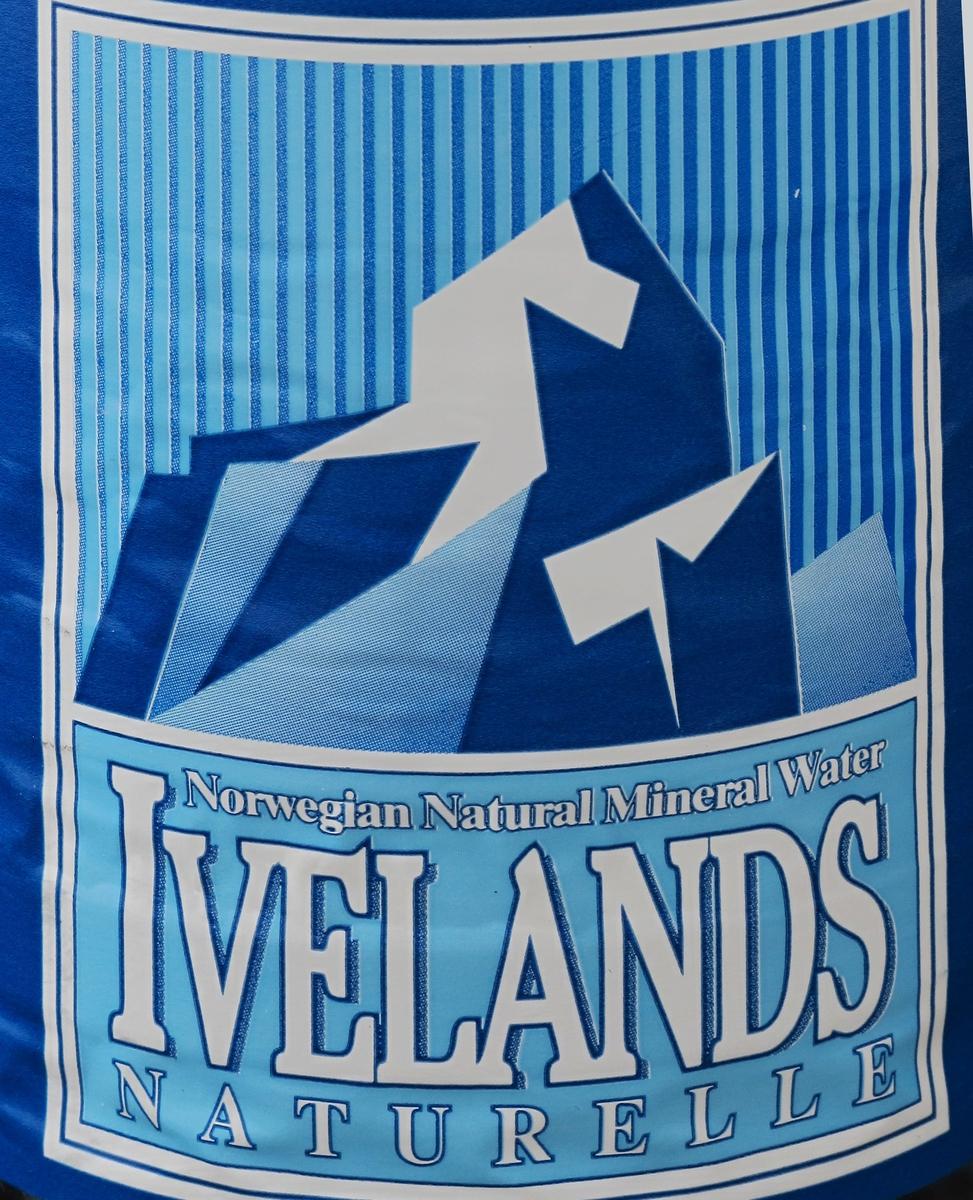 Blå fjell med snø eller is.