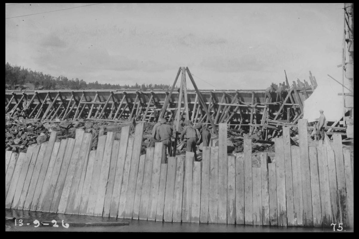 Arendal Fossekompani i begynnelsen av 1900-tallet CD merket 0468, Bilde: 6 Sted: Flaten Beskrivelse: Arbeidslag innenfor fagdammen