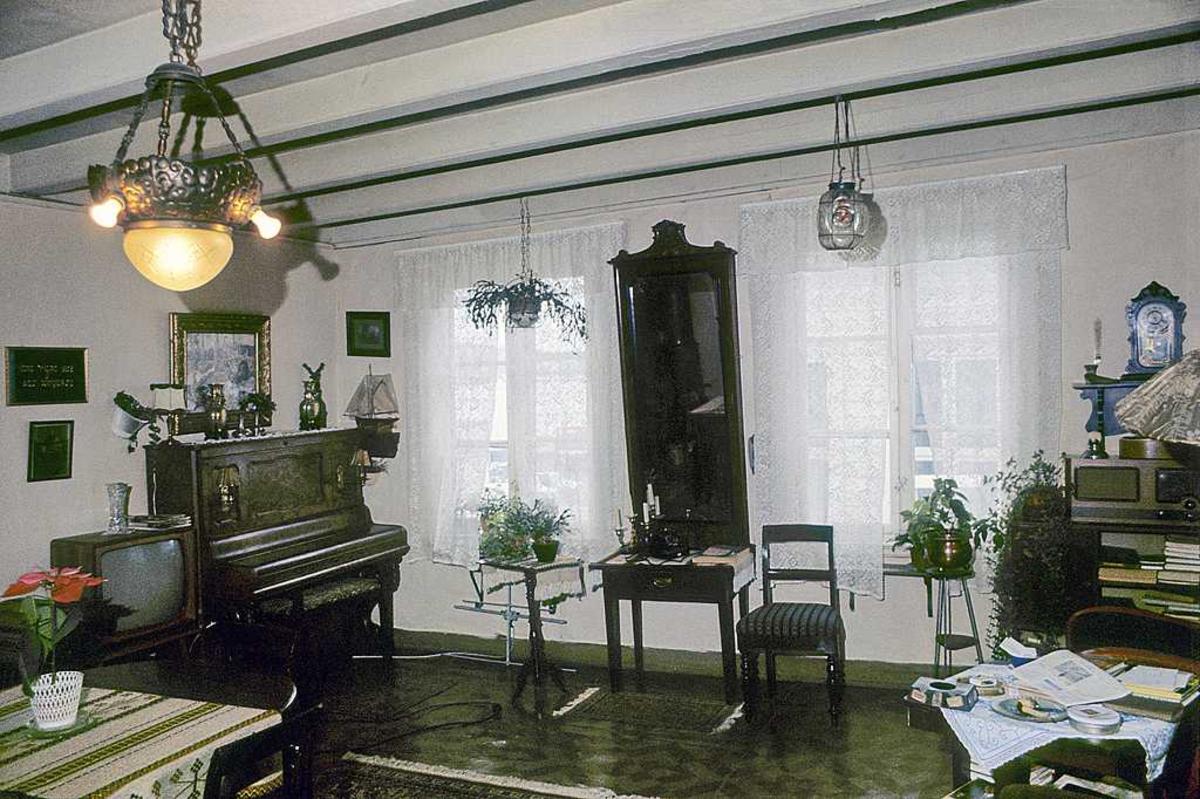 Fagforeningens hus, Albrechtsens leilighet. Interiør. Stue. Speil, piano, møbler.