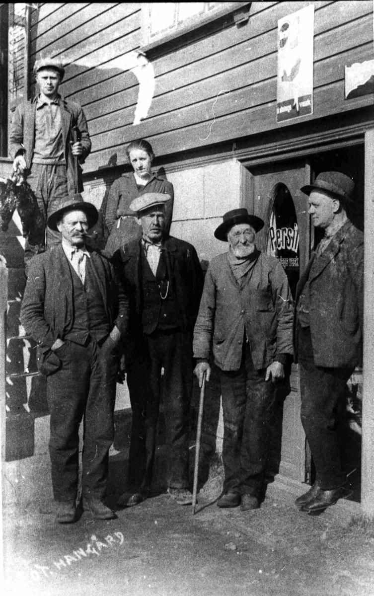 Bilder fra Birkenes kommune 5 menn og ei dame på kafe Åsines trapp