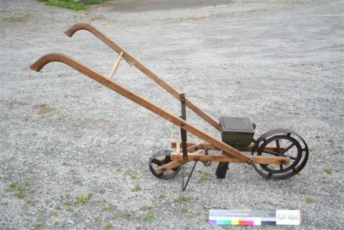 Treramme med jernhjul og såkasse med 1 sårør. Trestyre med 1 sprosse.