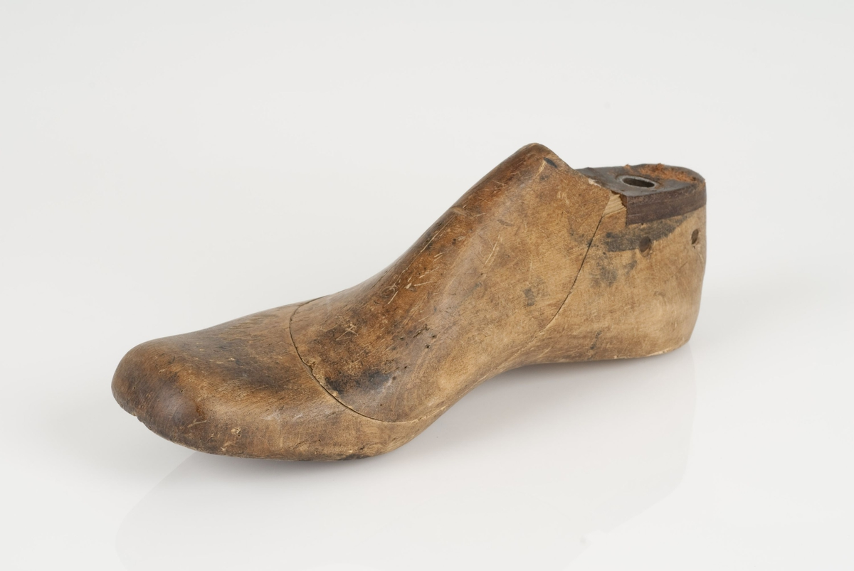 En tremodell i to deler; lest og opplest/overlest (kile). Høyrefot i skostørrelse 40, og 8 cm i vidde.