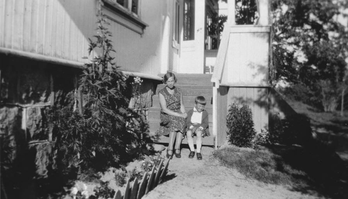 Mor og datter på trappen på Søndre Ski.