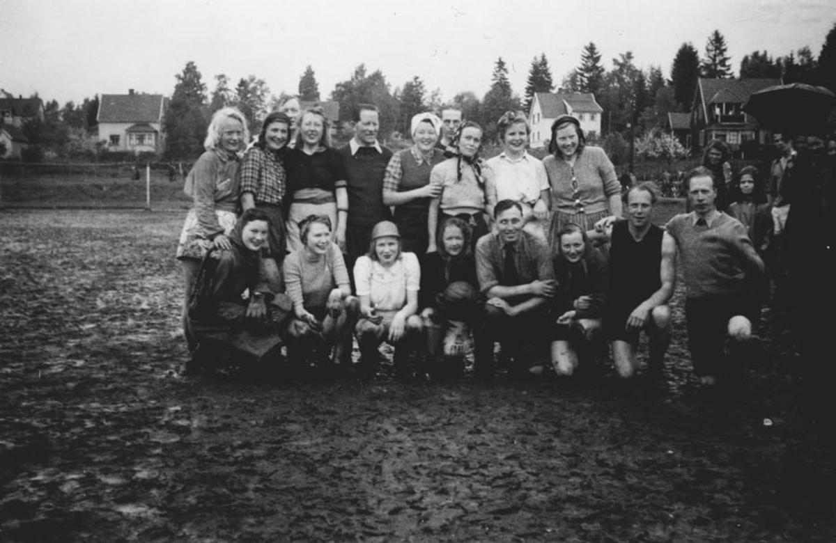 Russejentene i fotballkamp mot lærerne.
