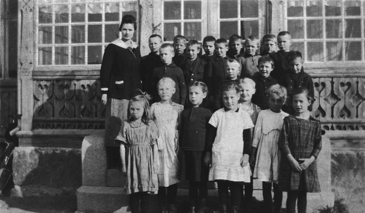 Gjerterud Nundahl med sin småskoleklasse, 1. og 2. klasse.