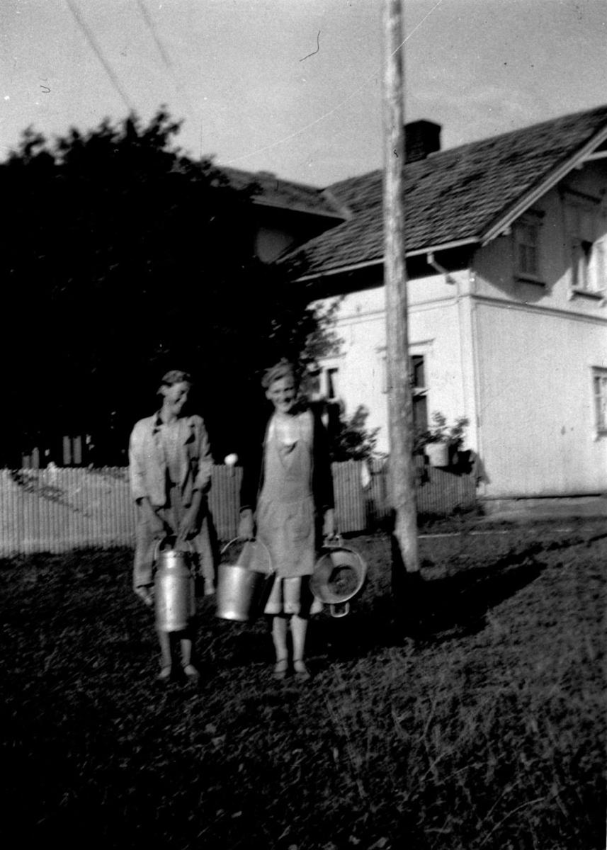 F.v.:Anne f. 1922 og Marit f. 1919 på vei til morgenmelking.