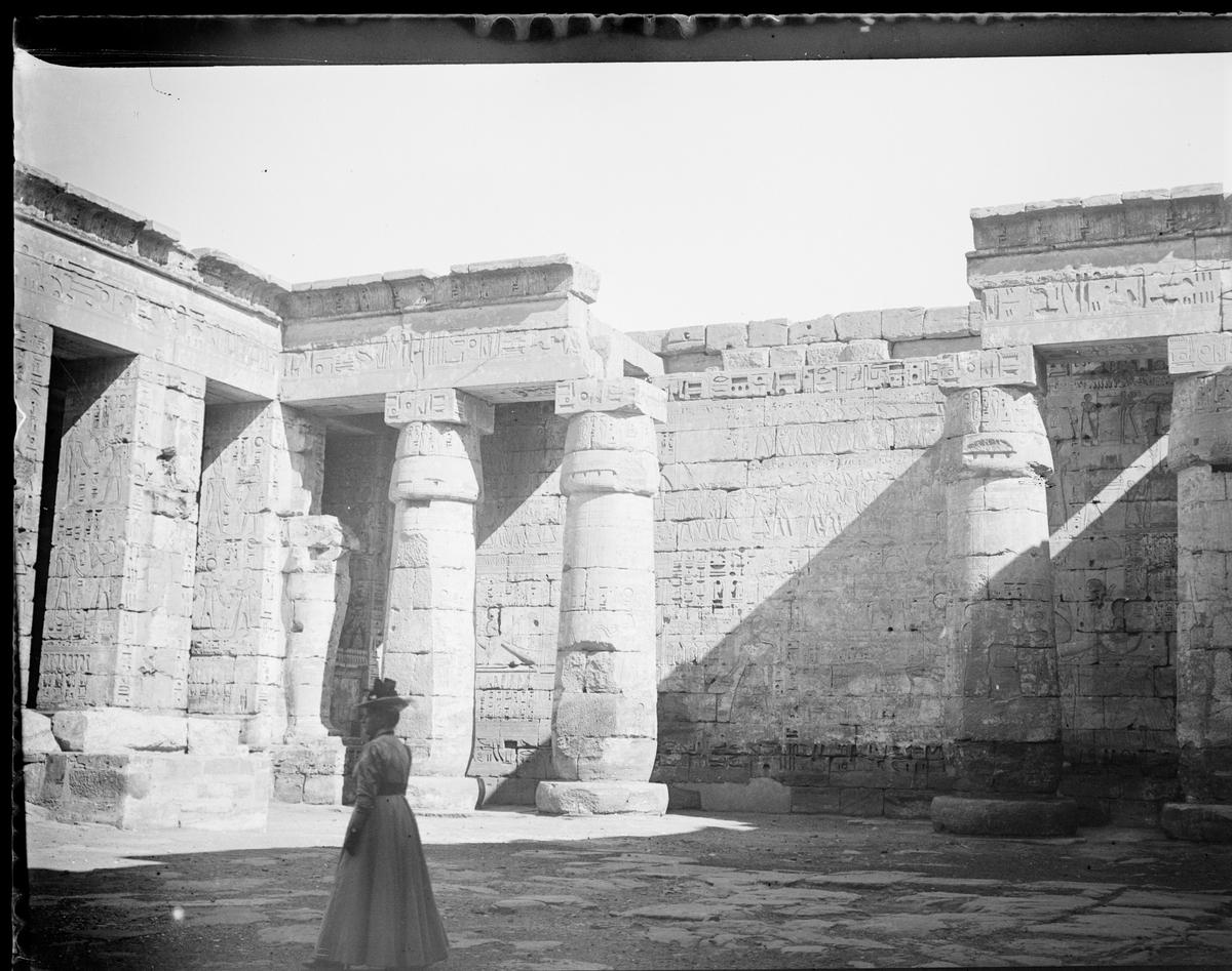 """""""Medinet Habour"""" (Bildetekst fra album) Elise Mathiesen inne i et tempel."""