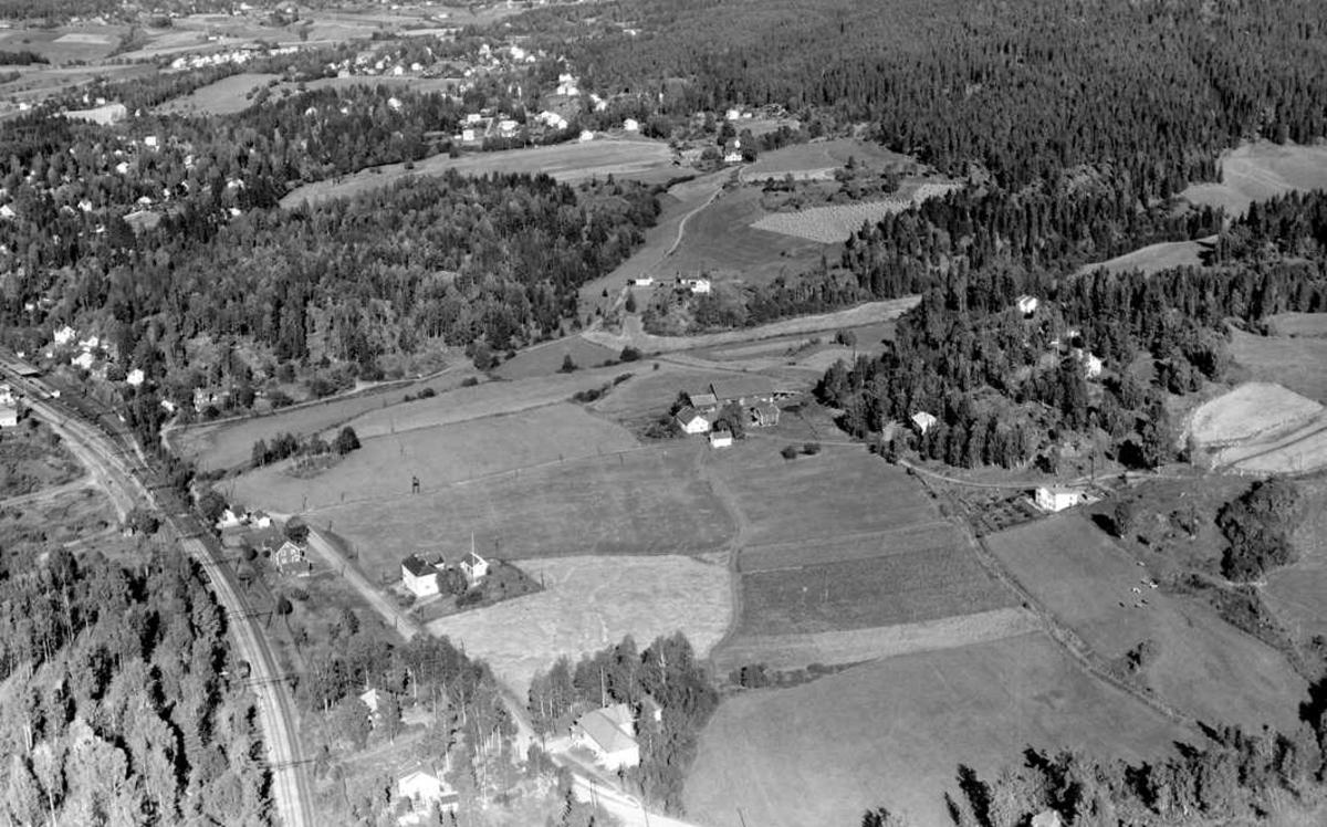 SKÅRØDEGÅRD GÅRD (Bildefil AFMW105337) Skårerødegården og Framtida kino  Nordvest i Lørenskog ligger. På bildet ser vi også Framtida og Tønsbergs bakeri langs Haneborgveien.
