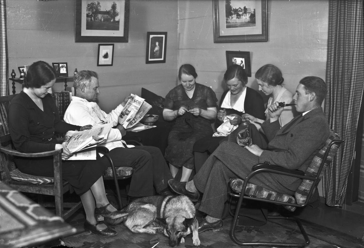 Kvinner og menn i en stue.