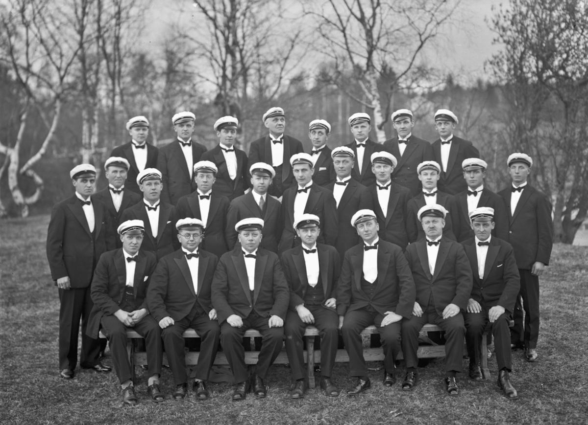 Eidsvoll Mannskor. Foran fra v.: X, Bjørn, Otto Hilde, Magne Høiberget. Bakerst fra v.: X, X, X, Aksel Bodin. 1935-50.