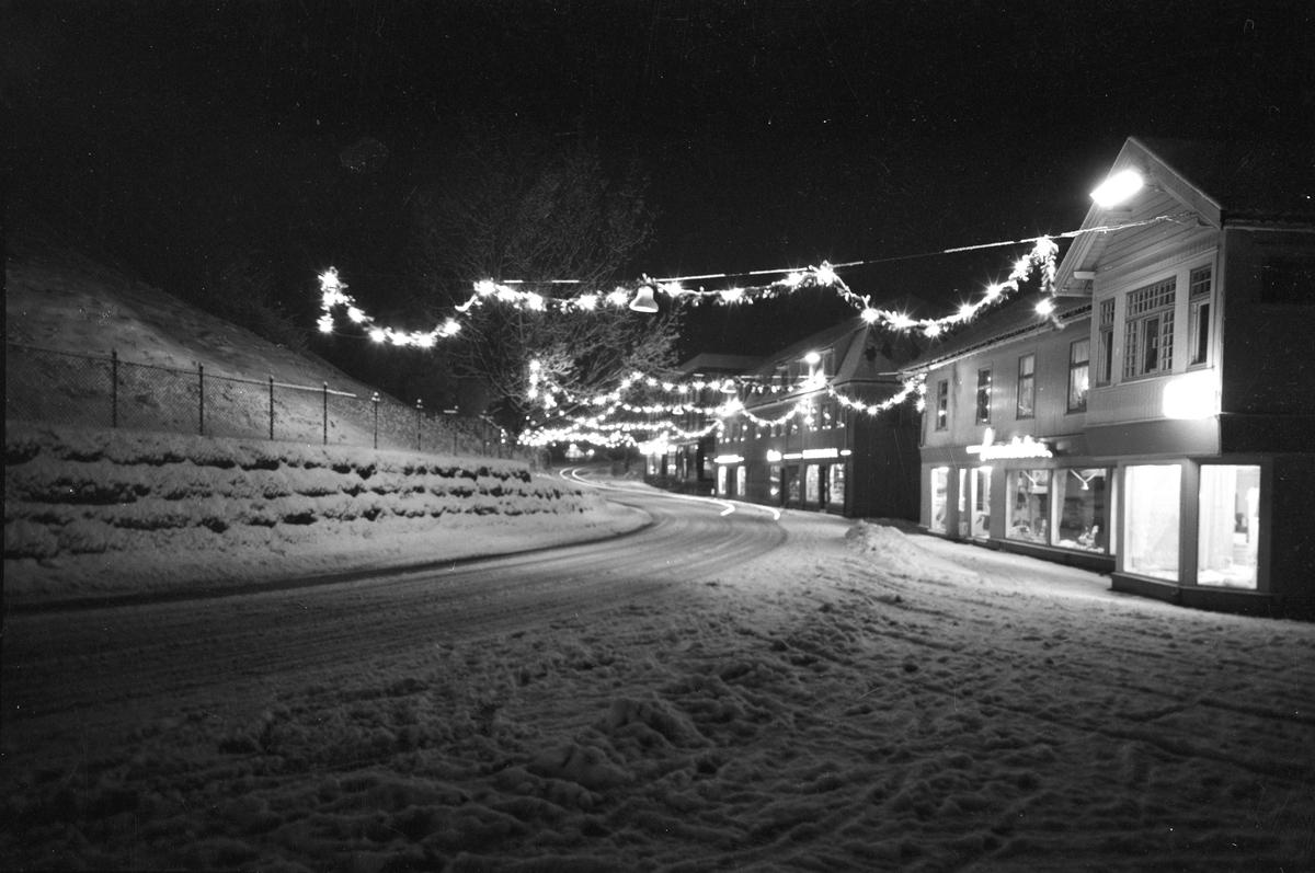 Sundet ved juletider 1964. Lomsdalsgården til høyre.