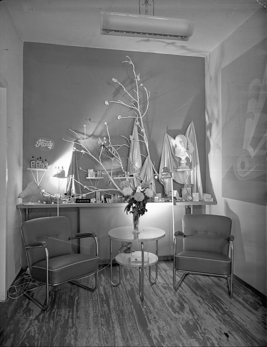 Interiør. Utstilling av diverse parfyme og lignende: Floid, Carven, Nina Ricci. På Marwell Hauge.
