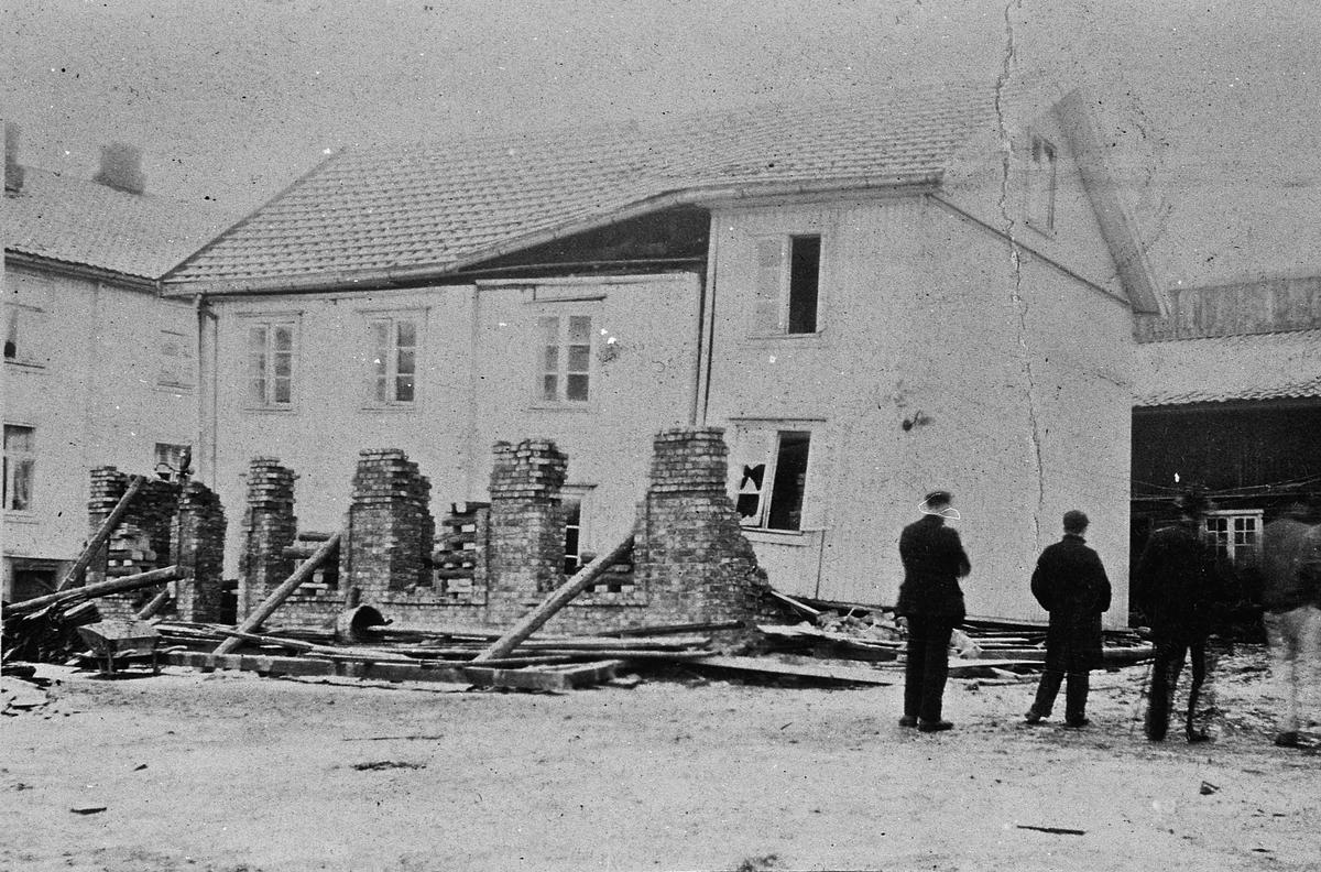"""Hus som er skadet. Et arbeidsuhell under ombygging av et hus i Sundet. Det kan være Meierigården som skulle """"løftes"""". Det såkalte ishuset i bakgrunnen."""