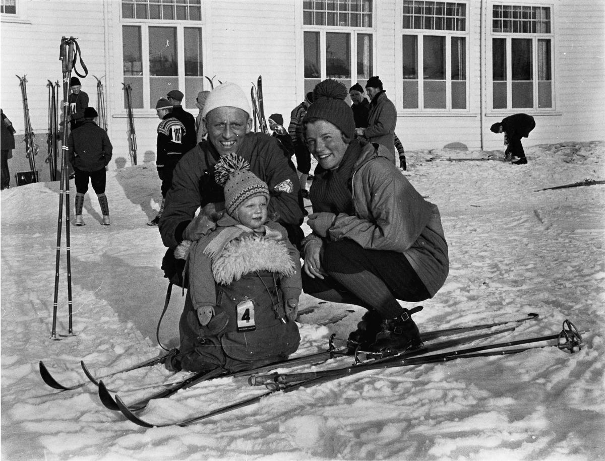 Foreldre og barn på ski. Skirenn.