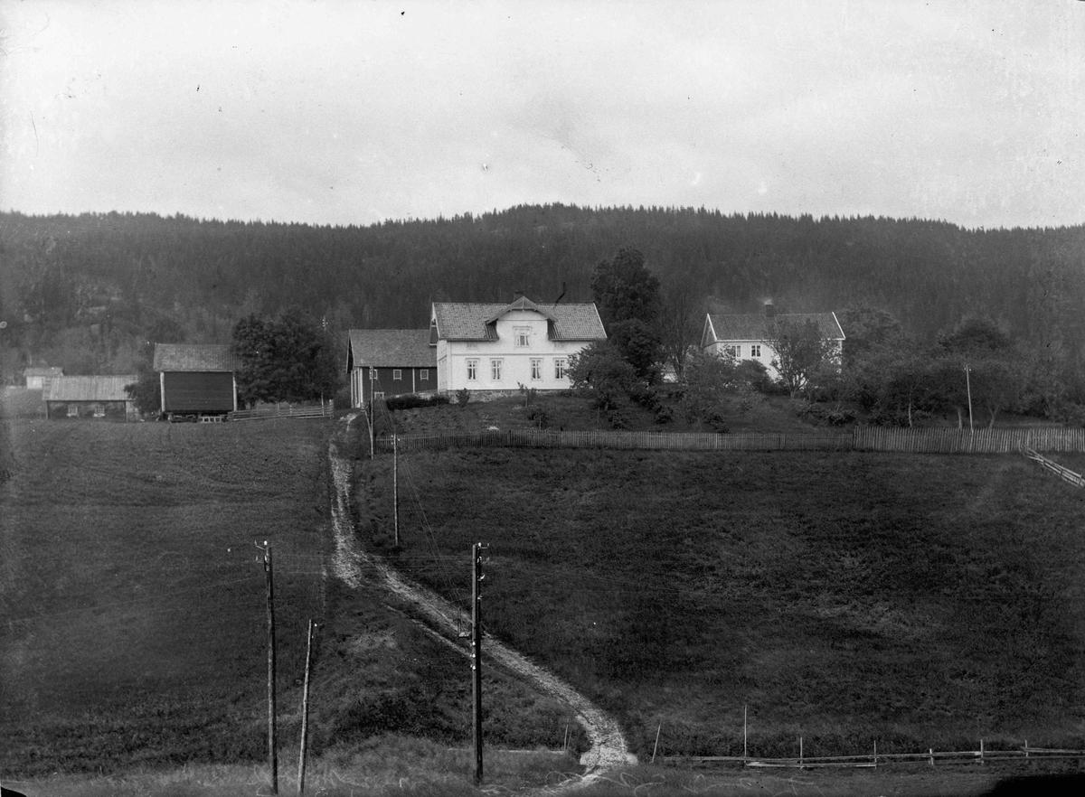 Ljødal. Nordstun (180/1) til venstre og Søstun (180/2) til høyre.