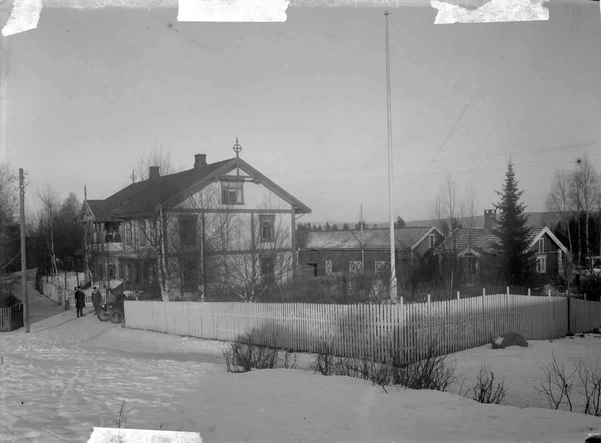 Vensberg-gården. 20-30-talls bilmodell foran stort hus