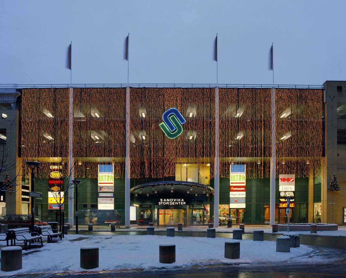 Julebelysning.  Lysteppe over inngangsparti i Sandvika Storsenter