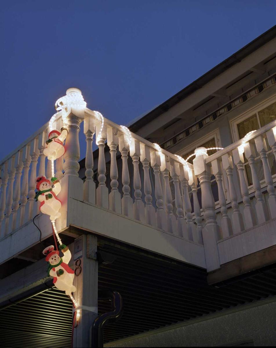 Julebelysning  Lysende snømenn på veranda på enebolig