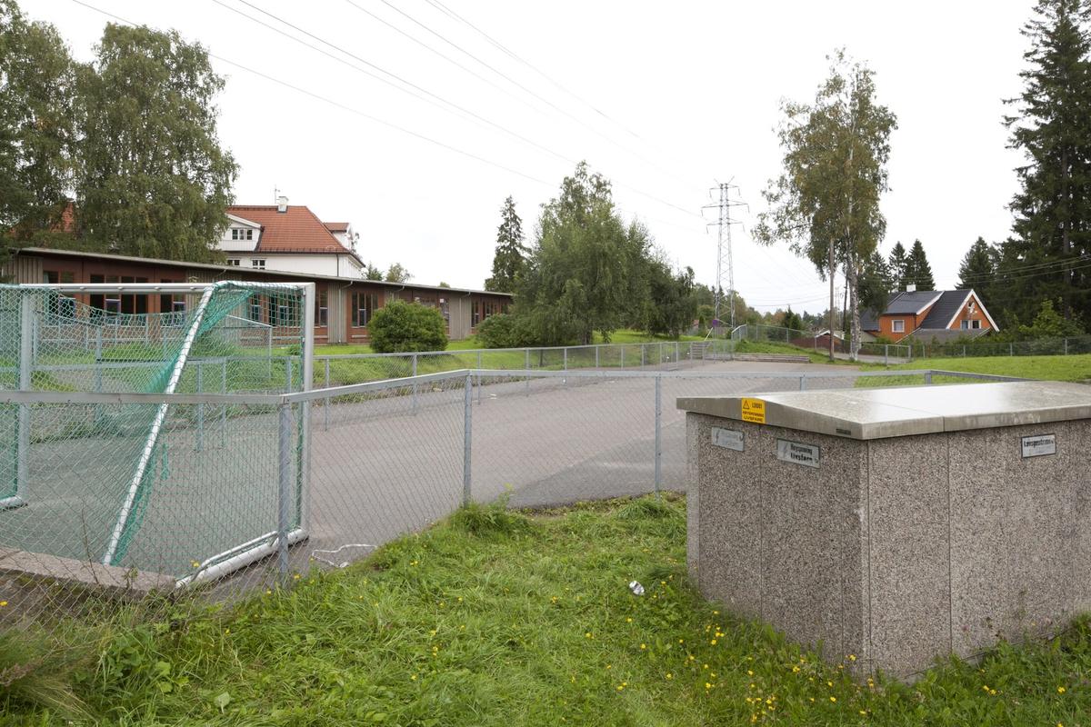 Høyspentmaster i Akershus. Ledninger fra høyspentmaster ved lekeområde ved Fjellhamar skole, Fjellhamar, Lørenskog.