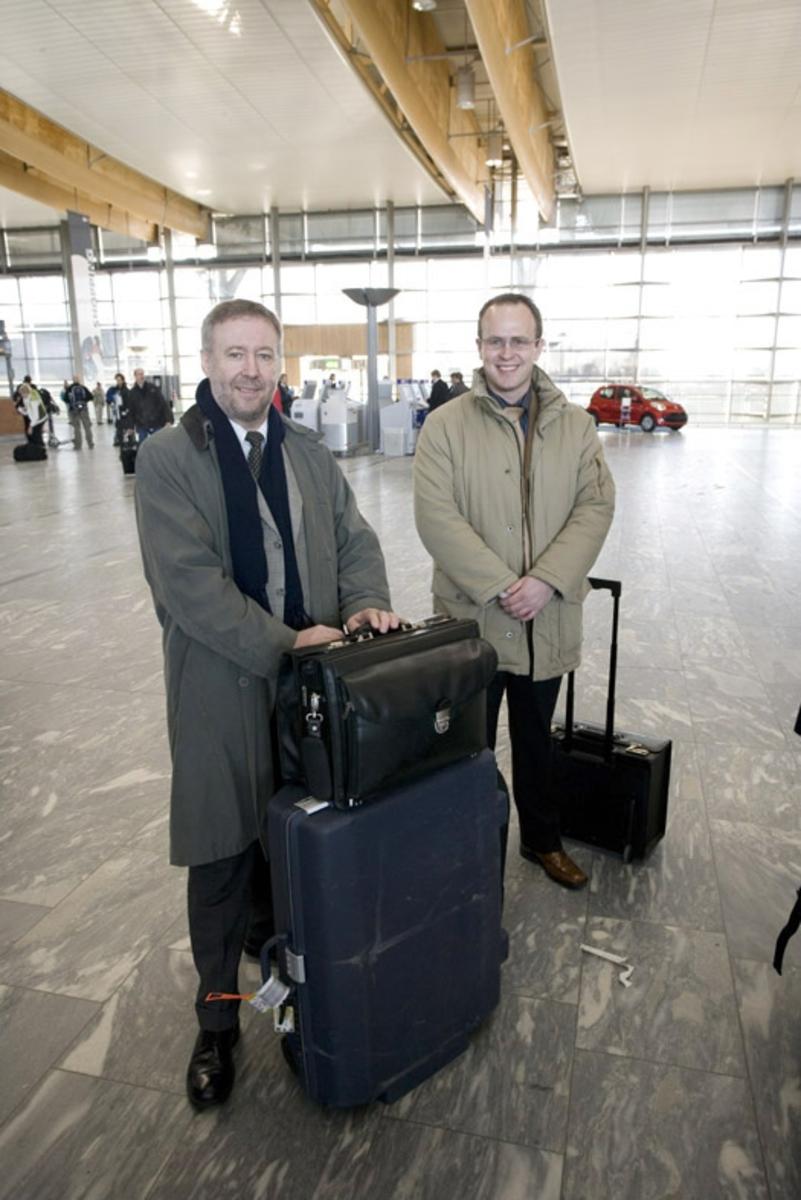 Vesker. Avgangshall. To mannlige reisende med bagasje. Fotodokumentasjon i forbindelse med dokumentasjonsprosjekt - Veskeprosjektet 2006 - ved Akershusmuseet/Ullensaker Museum.