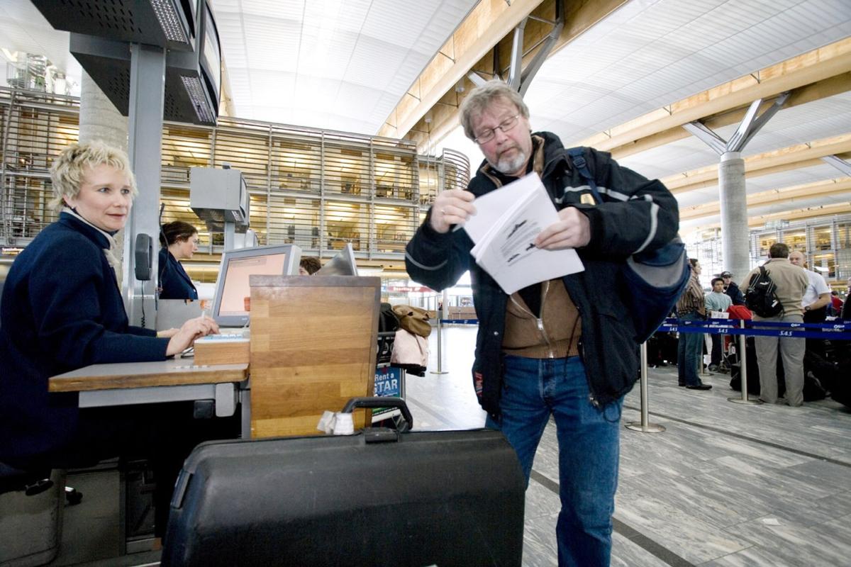 Vesker. Innsjekking. Mannlig reisende sjekker inn bagasjen. Fotodokumentasjon i forbindelse med dokumentasjonsprosjekt - Veskeprosjektet 2006 - ved Akershusmuseet/Ullensaker Museum.
