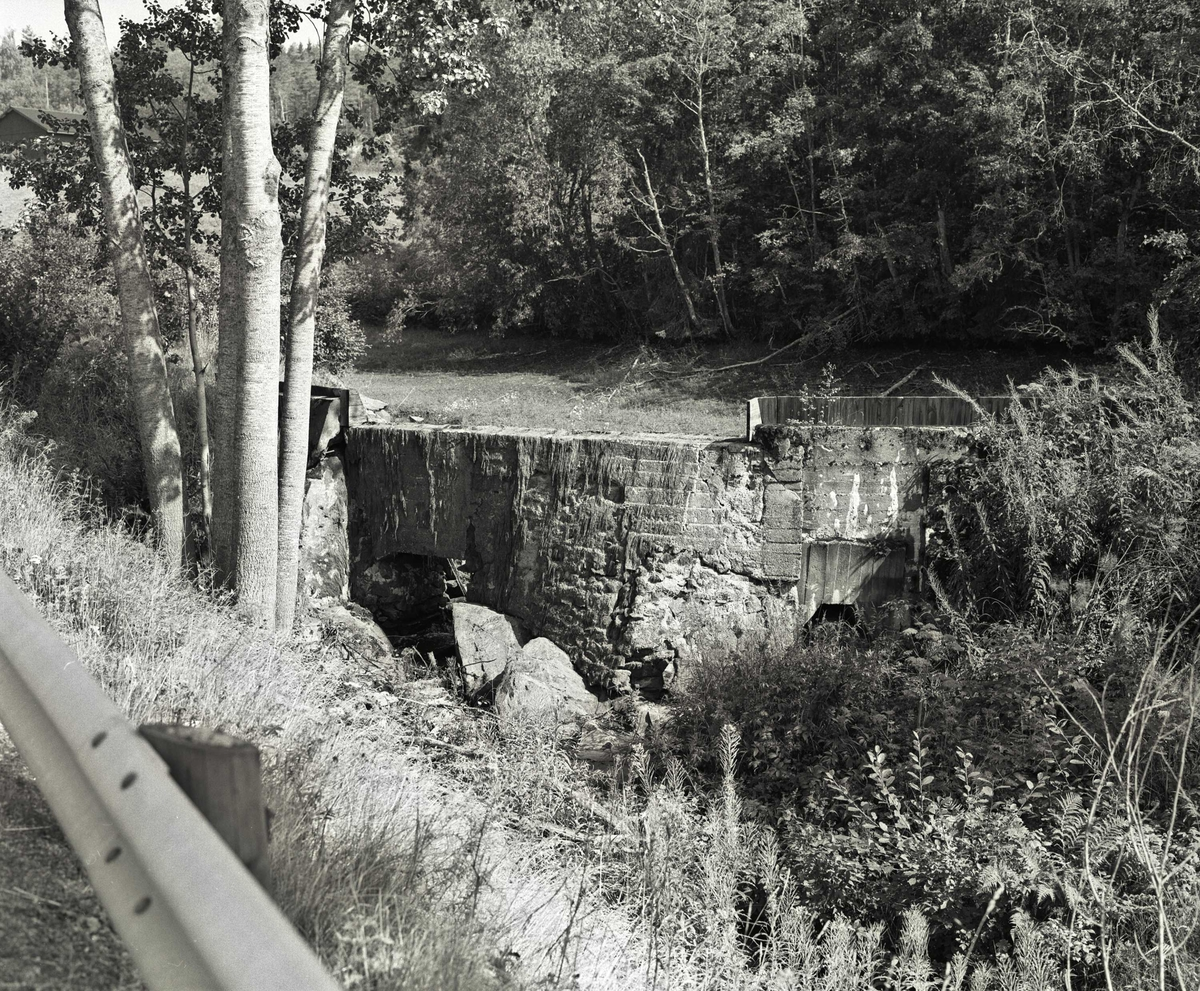 Svartdahl Bruk Reguleringsdammen. Dam i gråstein og betong fullført 1914, tørrlagt 1996. Ny turbintromme og rørledning i 1959. Reparasjon og ny plankekledning i 1979.