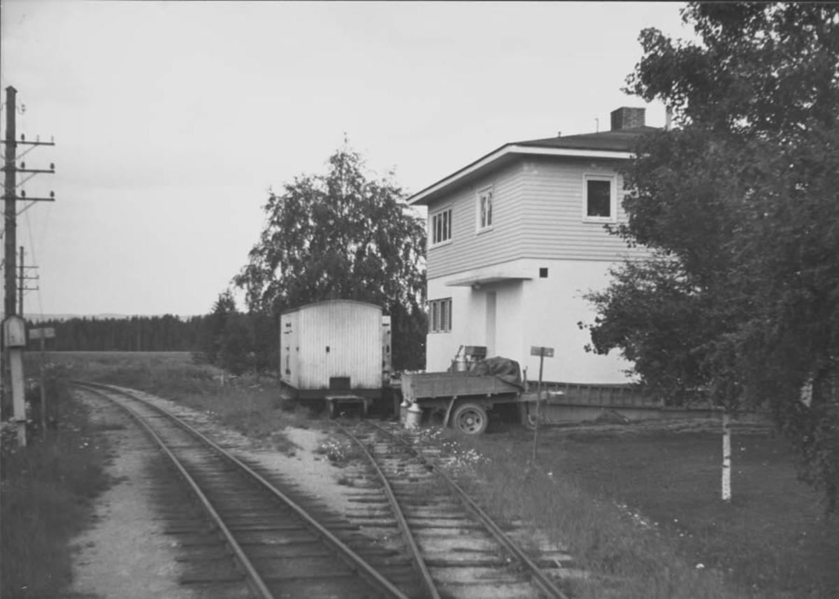 Mork meieri og sidespor med hensatt vogn S 62. Vognen gikk i turnus mellom Mork meieri og Sørumsand.