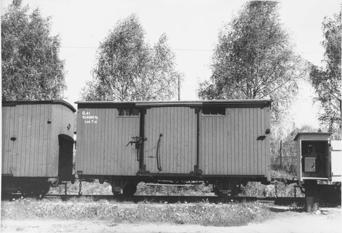 Hensatte vogner på Sørumsand stasjon etter nedleggelsen.