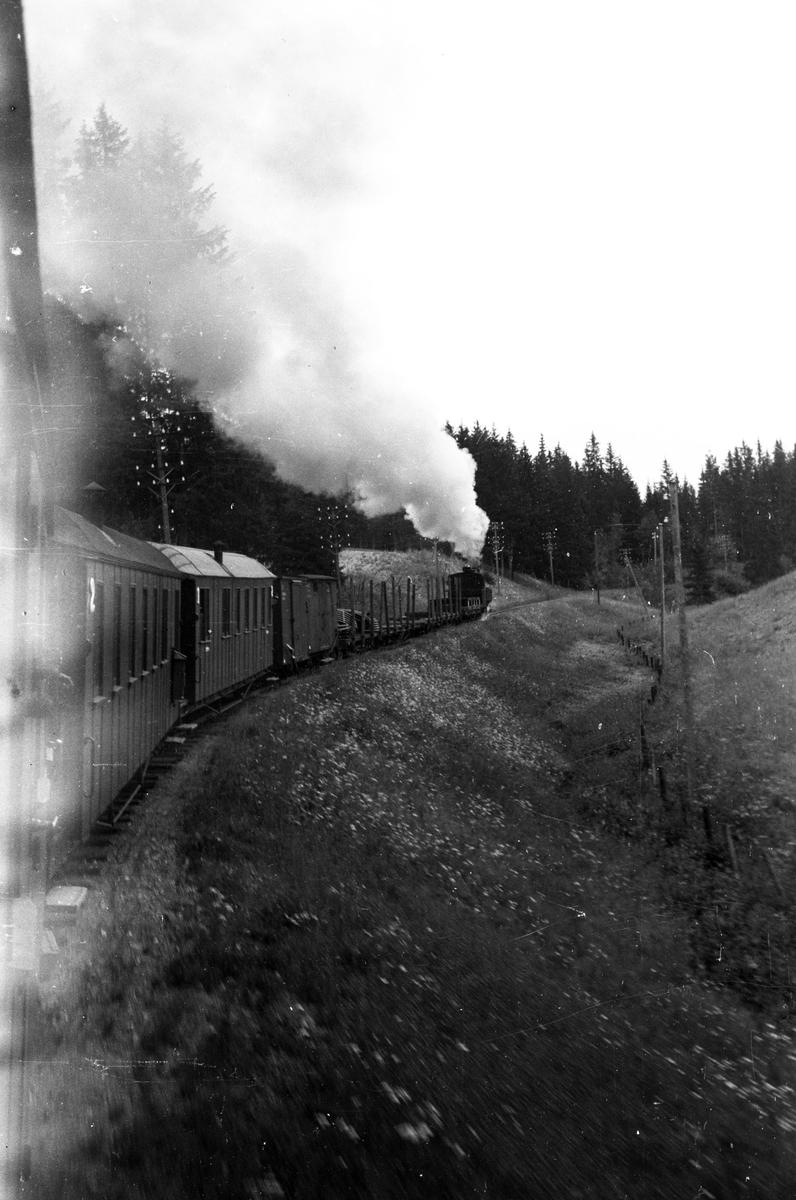 Tog 2051 retning Skulerud på vei opp Sætrabakken.