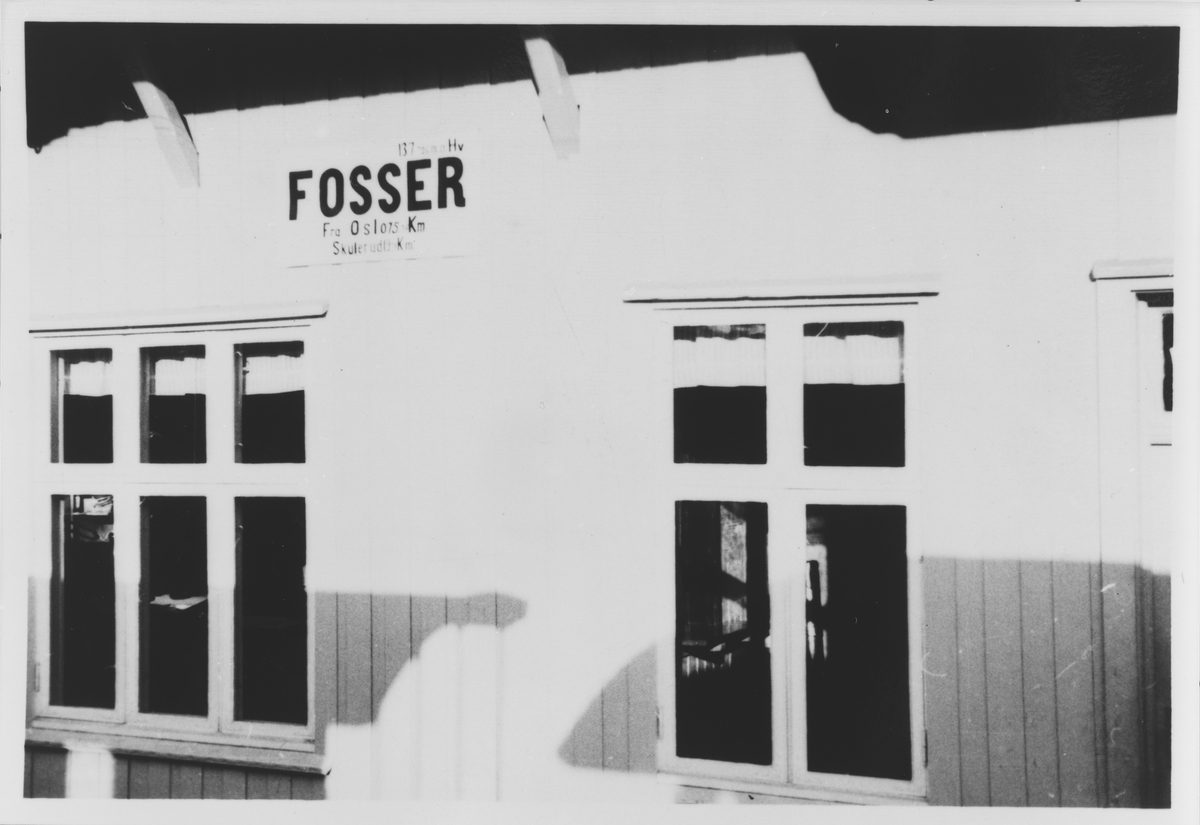 Eksteriør Fosser stasjon, tatt ut igjennom vinduet i toget.