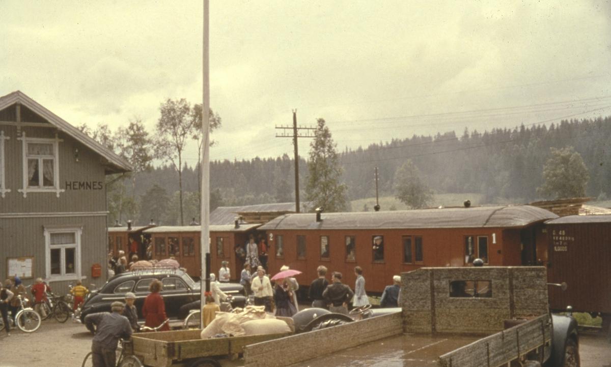 Tog 2058 til Sørumsand har ankommet Hemnes stasjon for siste gang. Lokalbefolkningen har møtt frem for å ta farvel.