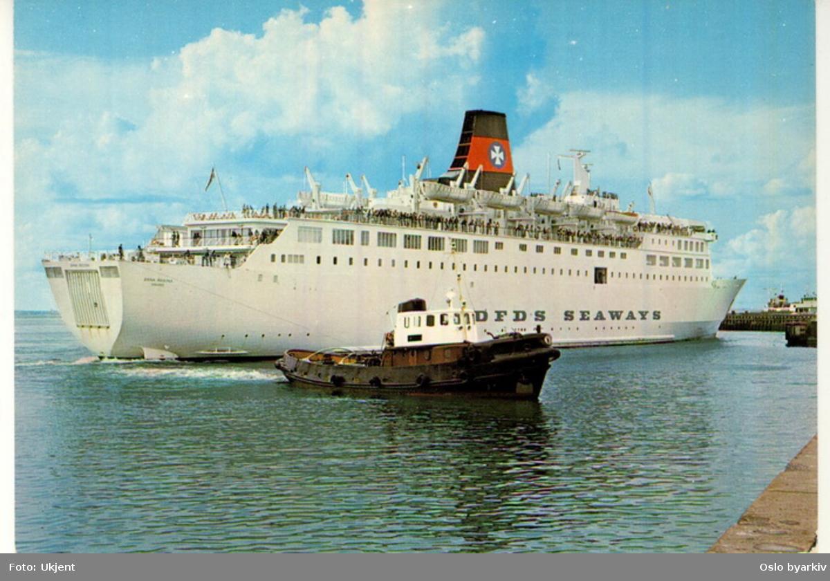 Danskebåten, M/S Dana Regina, rederiet DFDS SEAWAYS, bukseres av slepebåt til kai. Postkort.