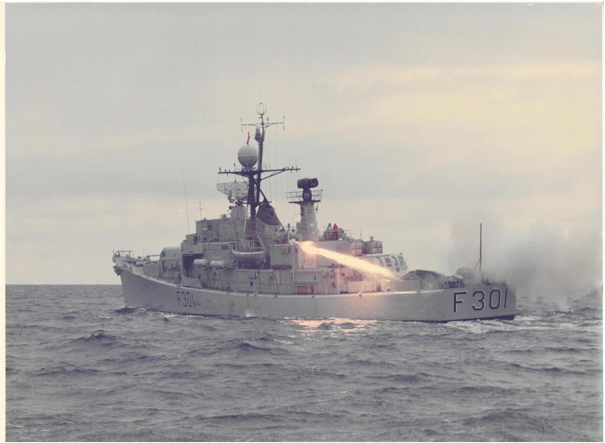 """Motiv: Foto av fregatten F 301 KNM """"Bergen"""" som tilhører """"Oslo"""" klasse fregatter. Historiens første MK 2 pingvinrakett skytes ut. Se duplo storformat med tekst."""