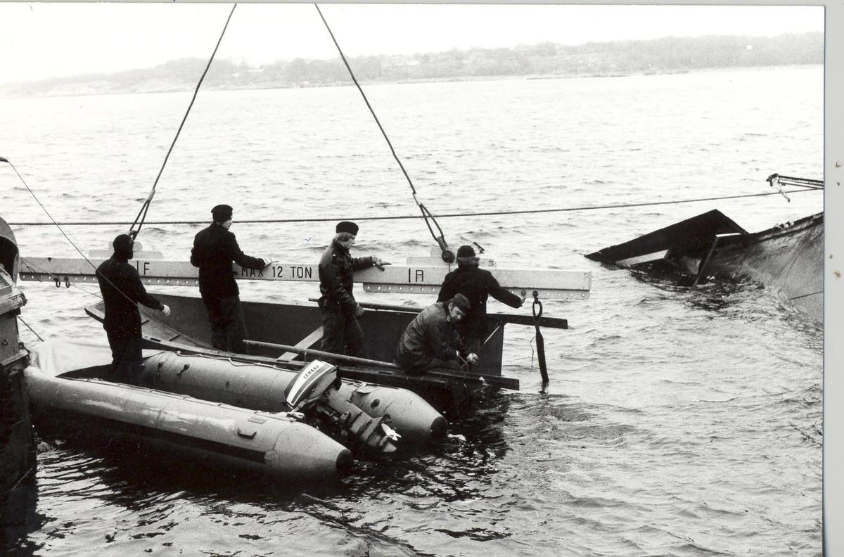 Enkeltbilde. Av undervannsbåtjageren KNM Hitra. Heving av vraket.