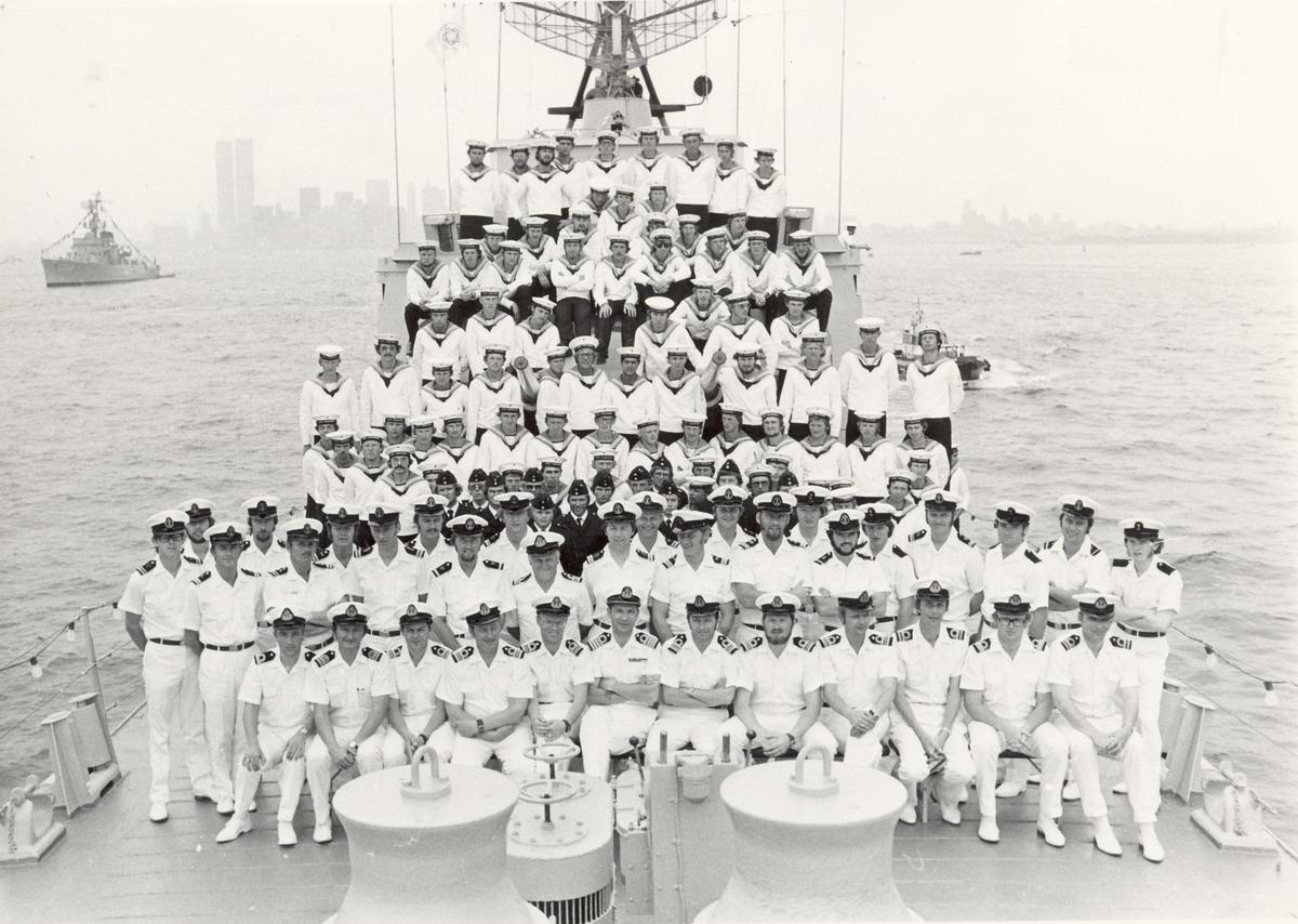 Enkeltbilde. Fregatten KNM Trondheim, besøker New York under 200-års jubileum 4/7-1976. Besetningen i New York havn. I bakgrunnen til venstre den tyrkiske fregatten PEYK