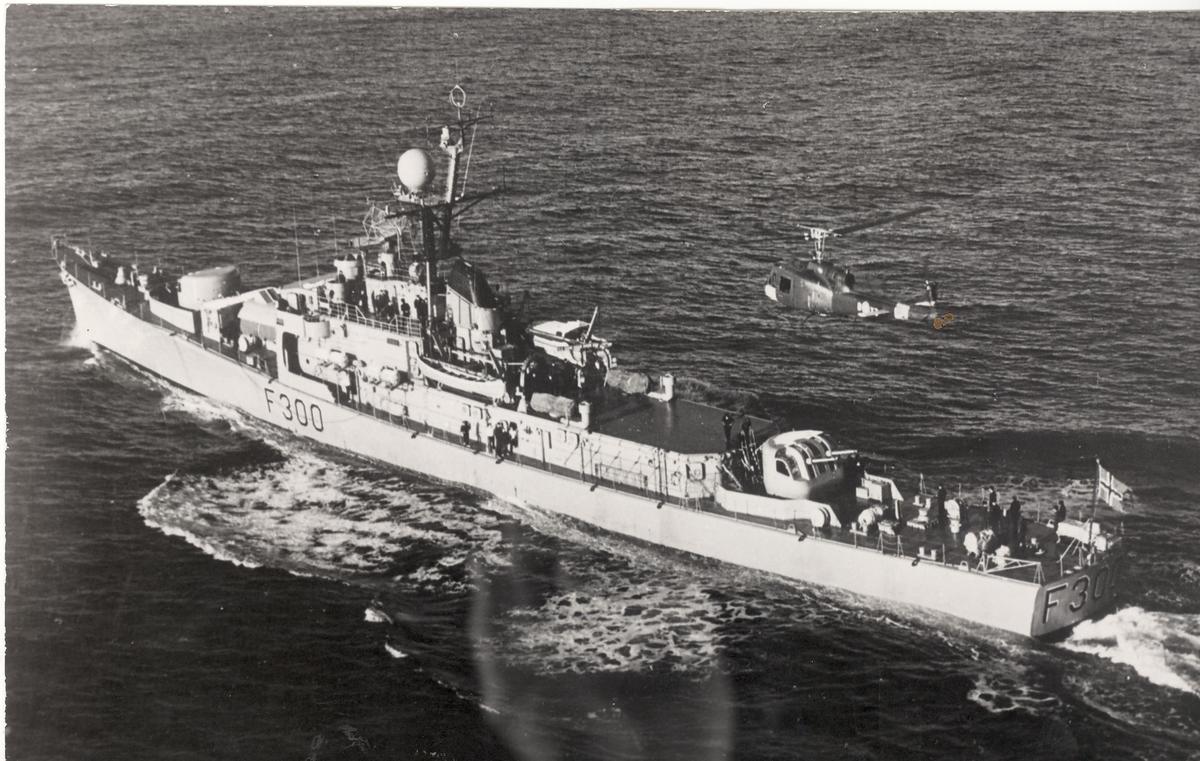 Fregatten KNM Oslo med helikopter