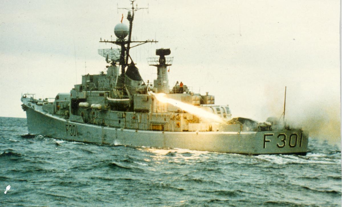 """Oslo-kl.fregatt KNM """"Bergen"""" under utskytning av Pingvin-rakett."""