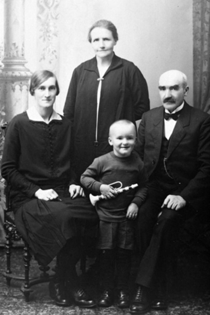 Familien Høisveen, fra venstre Elida Høisveen F: 1907, Anna Høisveen F: 1878, Ole N. Høisveen F: 1876, Nils Høisveen F: 1926, Furnes, Ringsaker.