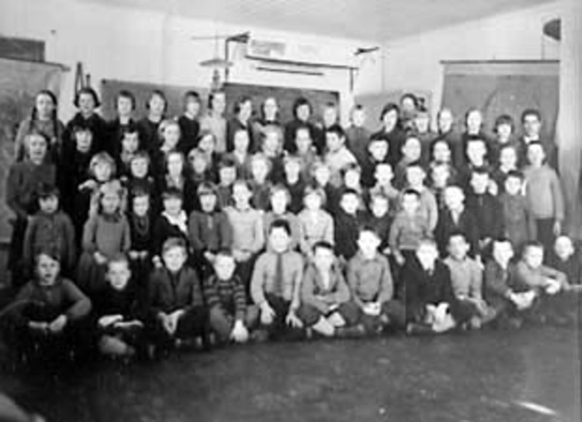 GRUPPE: 71 SKOLEELEVER OG LÆRERE, HELE SKOLEN SAMLET, ÅSEN SKOLE