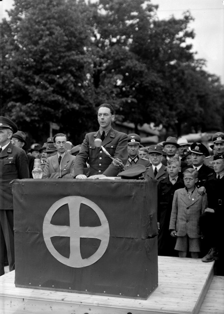 NASJONAL SAMLINGS JONSOKKSTEVNE PÅ HAMAR I 1942. Kommisarisk statsråd i Quislings regjering og propagandasjef i NS Gulbrand Lunde holder tale på Stortorget.