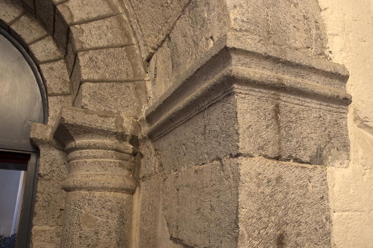 Hoff kirke,  romansk profil. Se Hamar Bispestol 850 år s. 59.