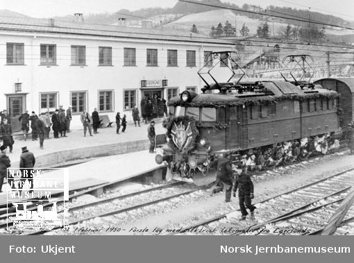 Egersund stasjon med åpningstog for elektrisk drift, tog 702 trukket av elektrisk lokomotiv type El 8 nr. 2065