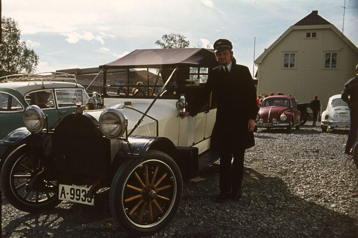 Fra 10 års jubileet for etablering av museumsbanen. Per Ivar Michalsen foran en Hupmobile fra 1914.