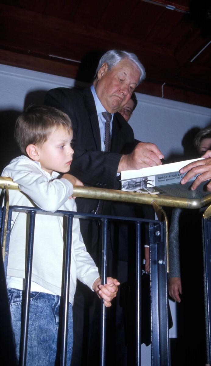 Russlands president, Boris Jeltsin, med kone og barnebarn, på Norsk Folkemuseum 15.august 2004 ved åpningen av utstillingen Norge-Russland  Naboer gjennom 1000 år. Direktør Olav Aaraas får autografen.