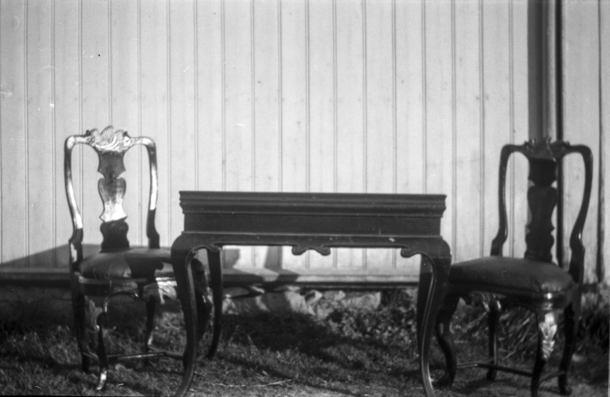 Bord og to stoler