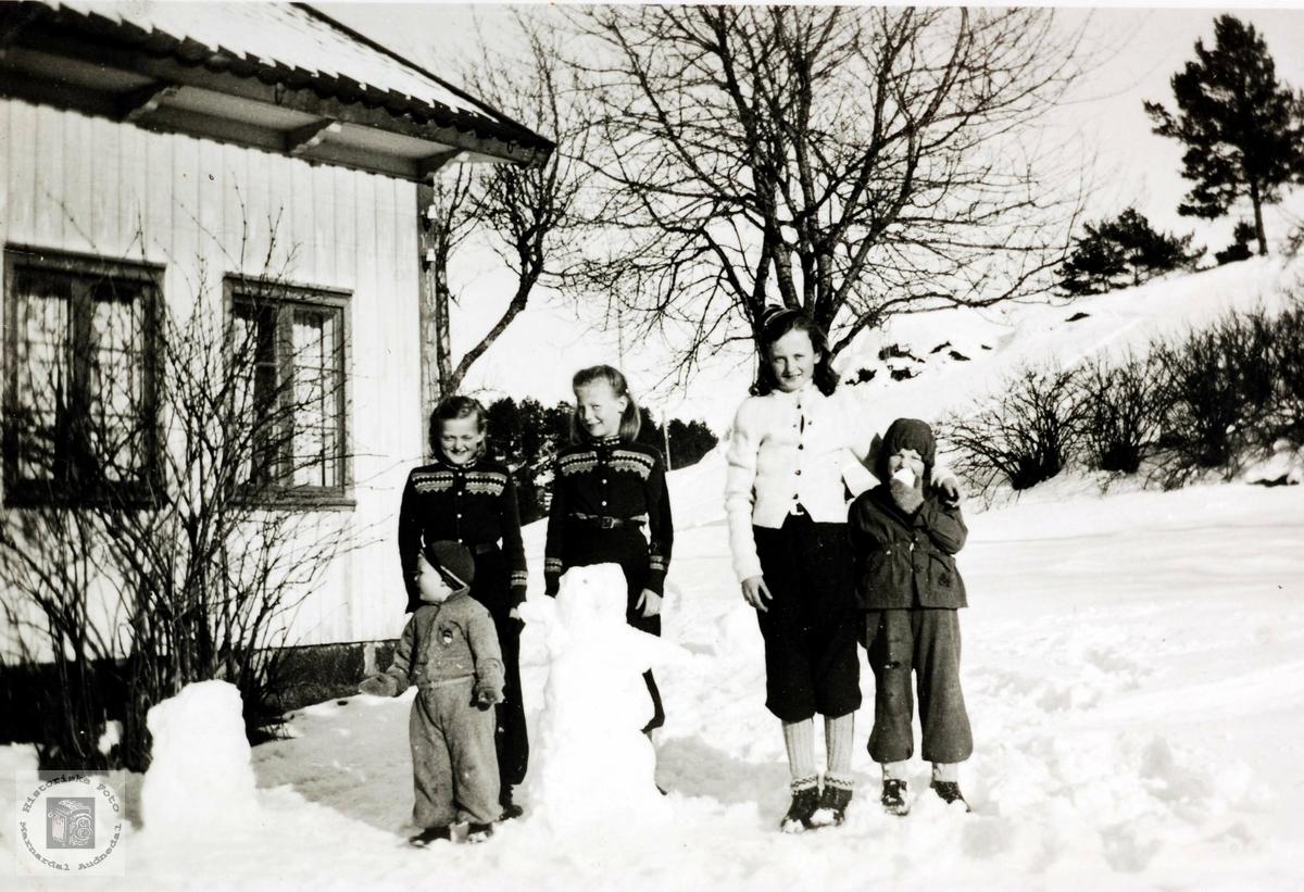 Fem søstre Ubostad bygger snømenn på Ubostad i Grindheim.