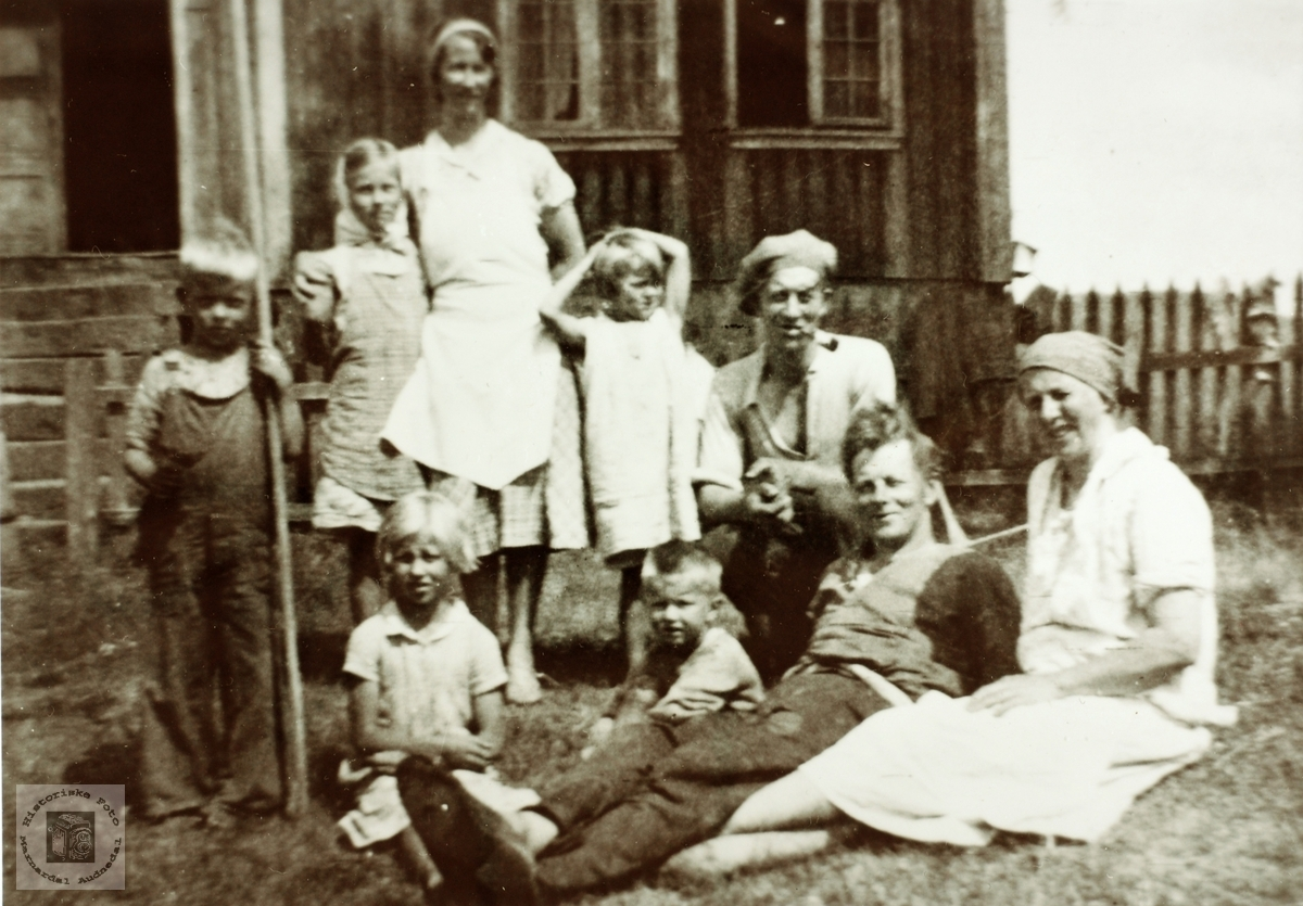 Familiebilde fra Bakkan, Øvre Ågedal i Grindheim senere Audnedal.