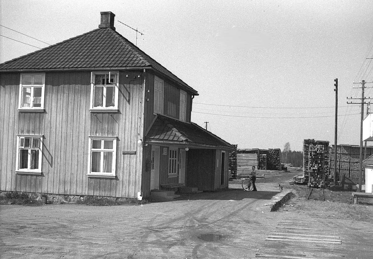 Ved Finstadbru stasjon tre år etter nedleggelsen.
