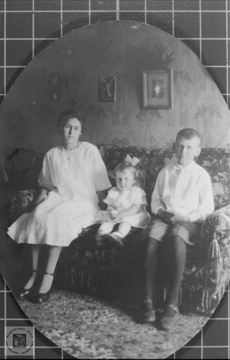 Familieortrett av søsknene Kitty, Gudny og Kristen Sundet, Bjelland.
